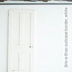 Tapete: Bric-a-Brac suitcase border, white